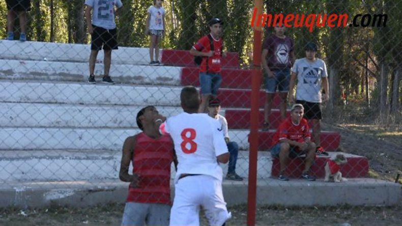 Insólito: jugadores del Rojo se pelearon con los barras