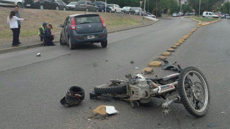 Se le enredó un cable suelto en el cuello a un motociclista y chocó