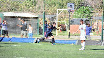 El Guante fue clave en la serie ante Ferro. Arriba, el festejo de gol en la ida. Abajo, junto a su hijo recién nacido, Tiziano León.