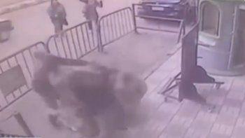 Un policía atajó a un nene que se tiró del tercer piso