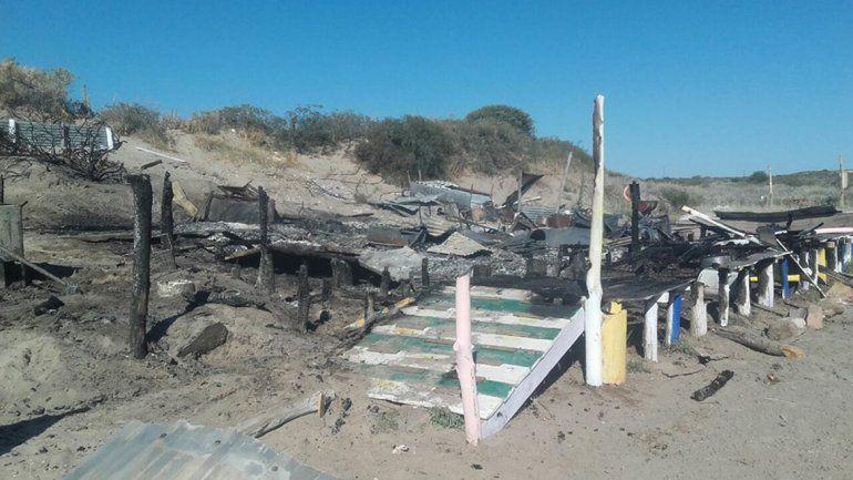 El fuego destruyó por completo un parador en Piedras Coloradas