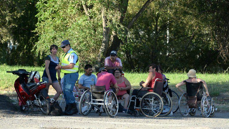 Discapacitados cortan uno de los puentes sobre la Ruta 22