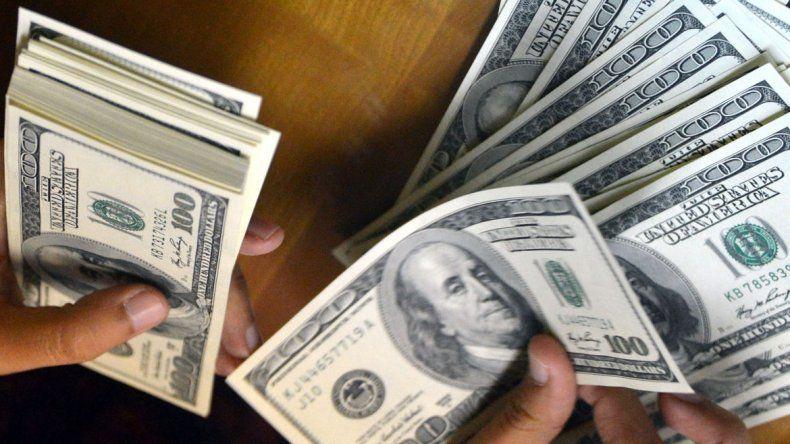 Diez minutos de furia: el dólar se disparó y superó los $23