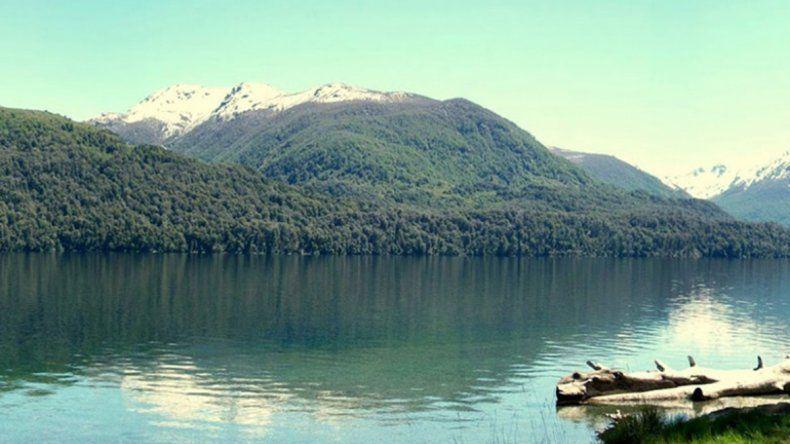 Dos familias aseguran haber visto una larga serpiente en el lago Mascardi