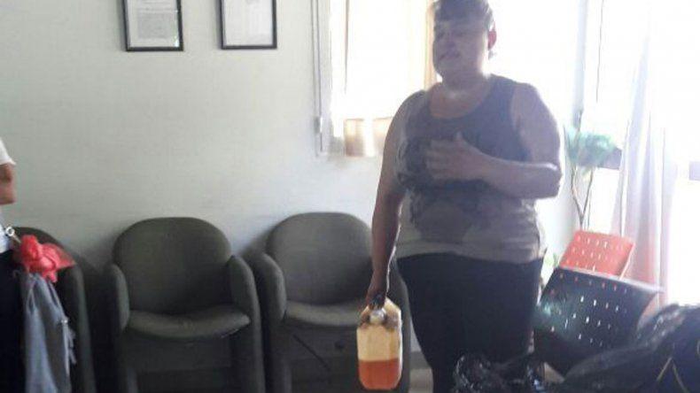 Tensión: una mujer quiso prenderse fuego en reclamo laboral