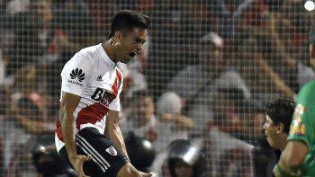 El Pity Martínez vuela en pleno festejo. El enganche de River no falló en el penal, como Carlos Sánchez en la Libertadores 2015.