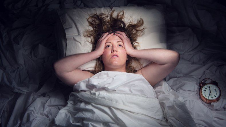 Para dormir bien no hay que usar el celu en la cama