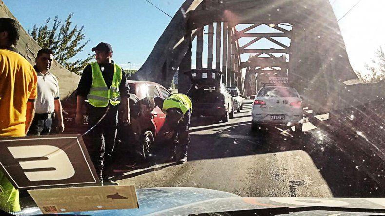 Un choque en el puente viejo complicó el tránsito