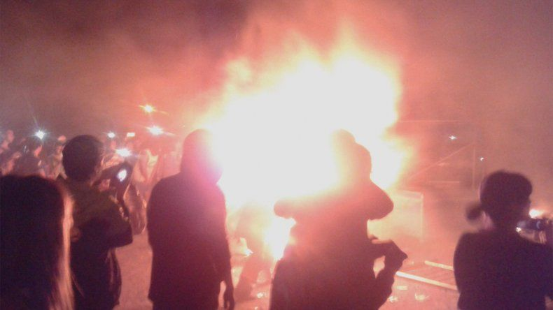 Pity Álvarez tocó siete horas tarde y el público incendió el estadio