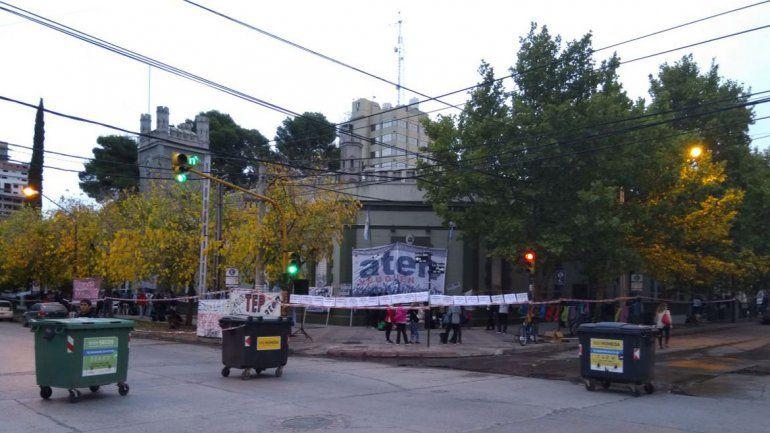 Docentes neuquinos bloquea calles en el centro y complican el tránsito