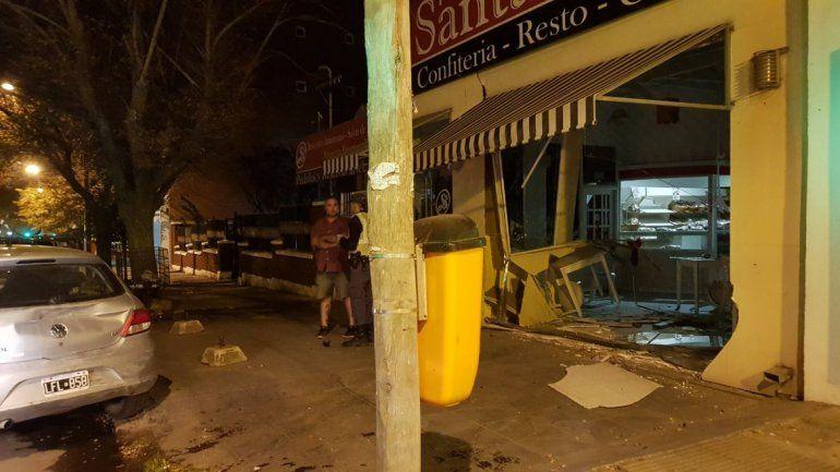 Borracho, chocó a tres autos estacionados y terminó adentro de una panadería