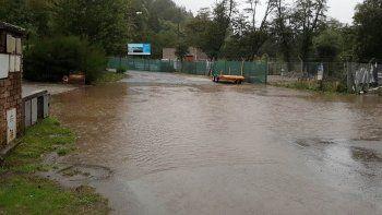 en villa la angostura circulan en kayak por las inundaciones