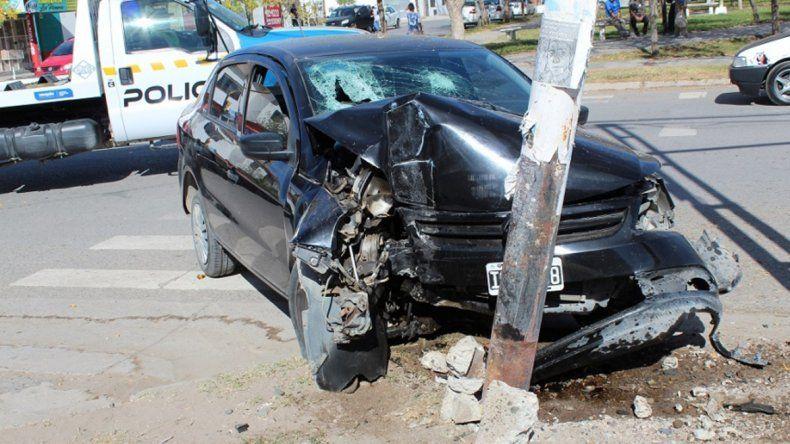 Perdió el control y destruyó el auto contra un semáforo