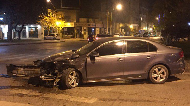 Chocaron dos autos en plena avenida y uno terminó contra un árbol