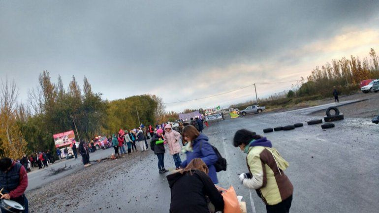 Después de cinco horas, los docentes neuquinos levantaron el corte en los puentes carreteros