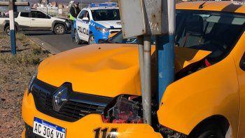 taxi choco con una camioneta y se incrusto en un poste de luz