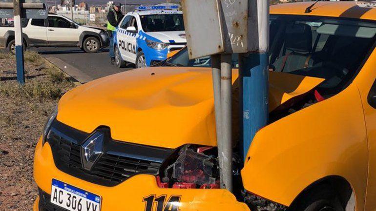 Taxi chocó con una camioneta y se incrustó en un poste