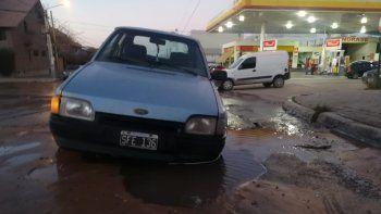 un auto cayo en un pozo de agua por un cano roto en pleno centro