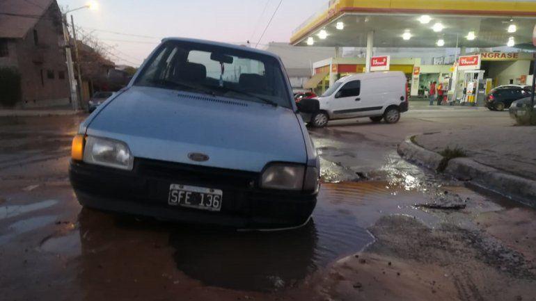 Un auto cayó en un pozo de agua por un caño roto
