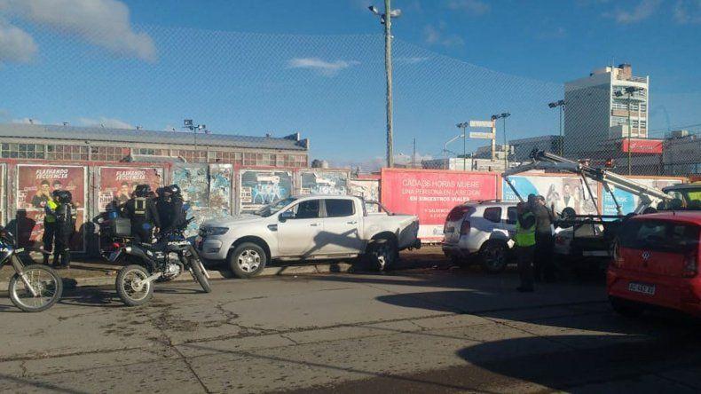 Dos gitanos chocaron una camioneta estacionada, se bajaron y se fueron corriendo