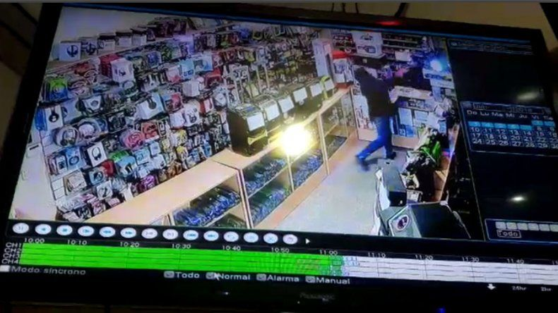 Una clienta enojada agredió a un empleado en un local: le revoleó el control remoto