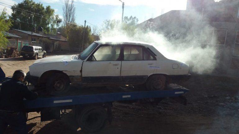 Tiró bomba molotov a un inspector para evitar que se lleven un autoen Neuquén