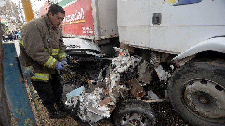 Una familia quedó atrapada bajo un camión sin frenos en Neuquén