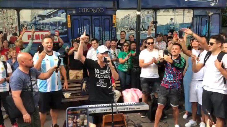 Imperdible: Pablo Lescano se lució con un recital en las calles de Moscú
