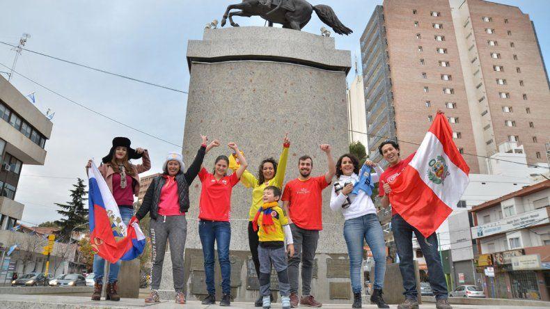 De todos los colores y culturas. Los foráneos le aportaron alegría a la nota con sus banderas y camisetas.