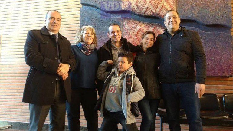 Joaquín y su familia junto a legisladores.
