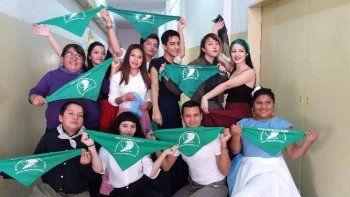 bailaron con panuelos verdes en el acto por el dia de la independencia