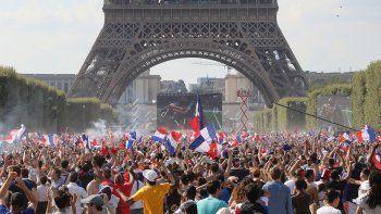 Alegría: una multitud celebró en la Torre Eiffel