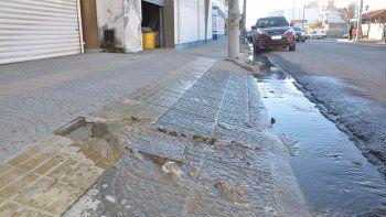 Vecinos enojados por un río de caca en la calle San Martín de Neuquén