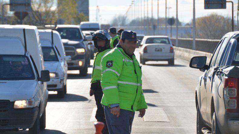 Denuncia que un policía amenazó y le apuntó  con su arma a un taxista