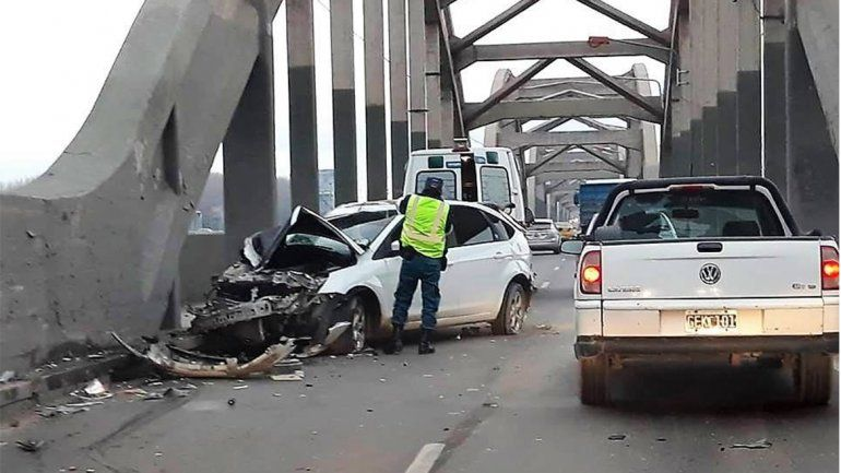 Un herido en un choque entre un auto y un camión en los puentes carreteros