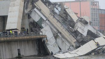 se derrumbo un puente en genova y hay al menos 35 muertos