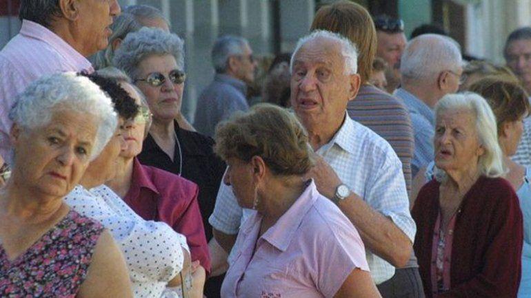Bonos, congelamiento de tarifas y aumentos, las medidas que prepara Alberto