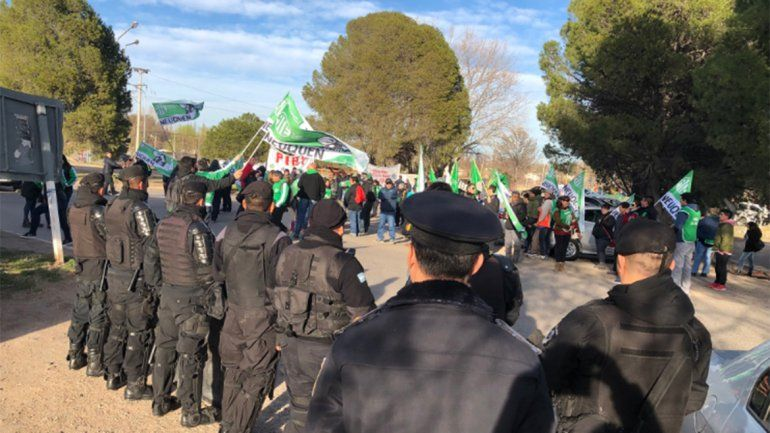 Protestan en el aeropuerto por la visita de Macri a Neuquén