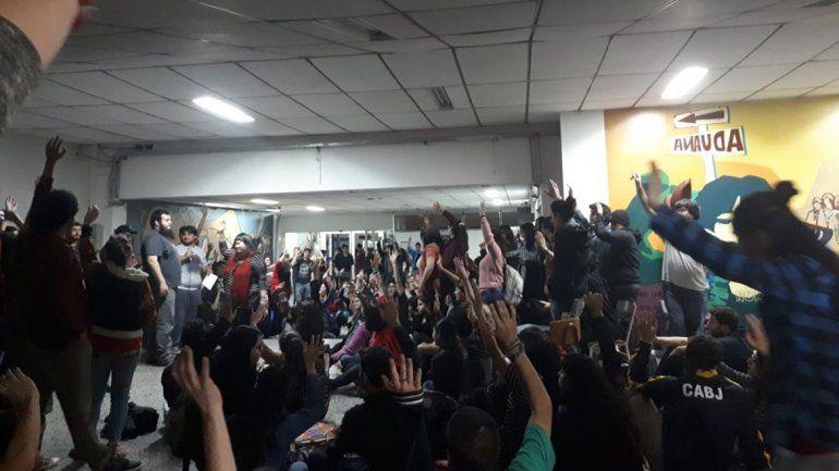 Estudiantes de la UNCo tomaron Humanidades por la grave crisis