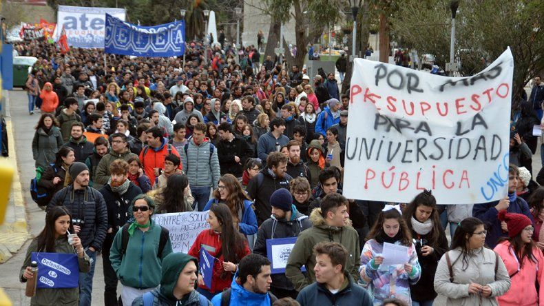 Una multitud marchó en Neuquén en defensa de la UNCo