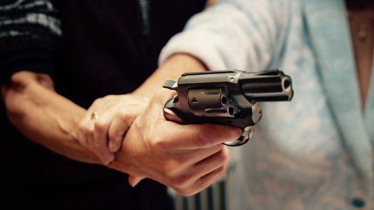 A punta de pistola, mantuvo 12 horas secuestrada a la ex en Neuquén
