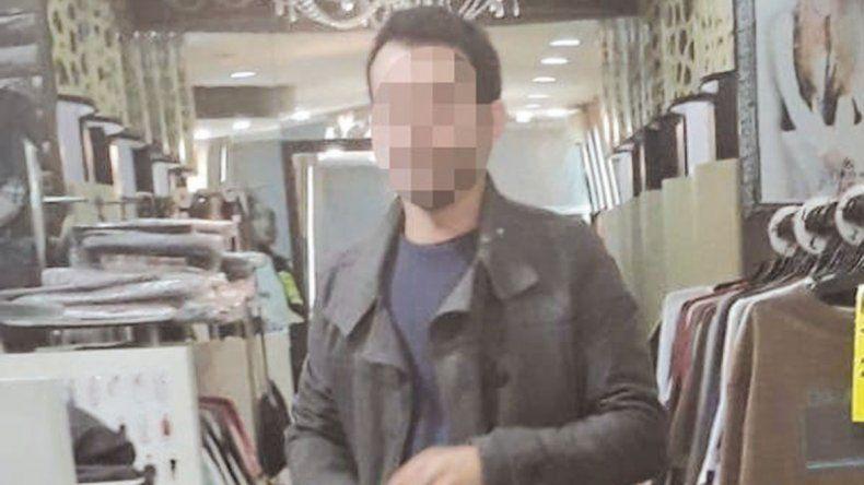 Exhibicionista: entra a los negocios de Neuquén para mostrarse desnudo