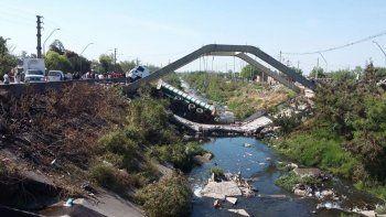 se desplomo un puente en tucuman y un camion quedo atrapado