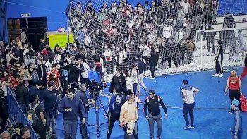 Barrabravas ingresaron a las piñas en un estadio de futsal