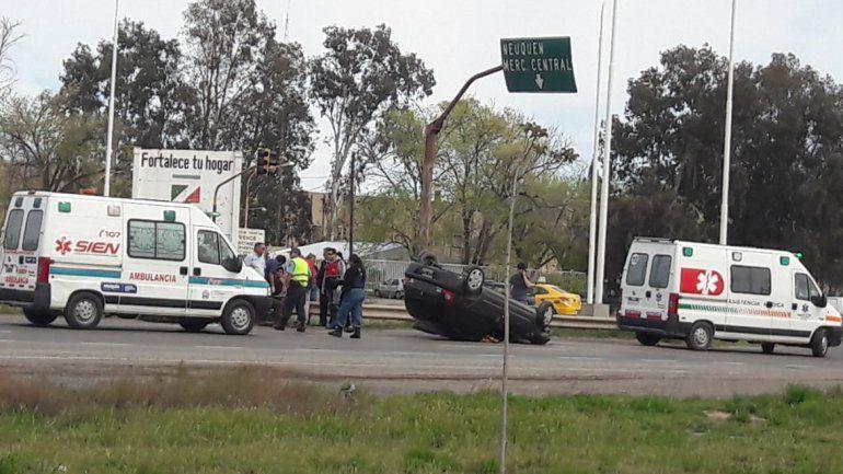 Por un derrame de combustible, un auto volcó sobre Ruta 7