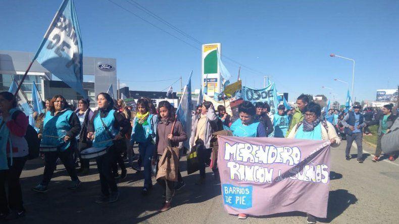 Organizaciones sociales de Neuquén cortan el puente viejo
