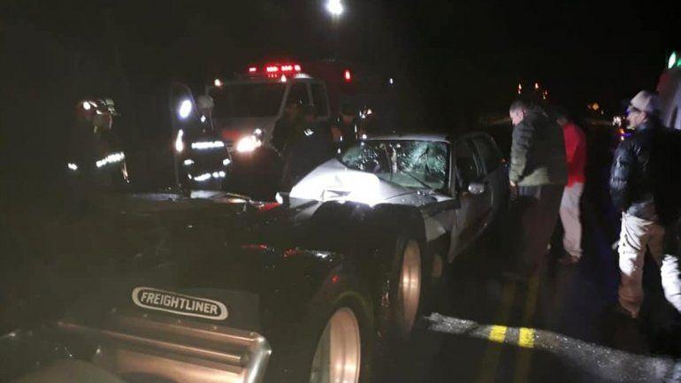 Un auto chocó contra un camión estacionado en el Paso Cardenal Samoré