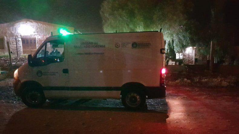 Asesinaron a un hombre de 75 años de 16 puñaladas en su casa en Centenario
