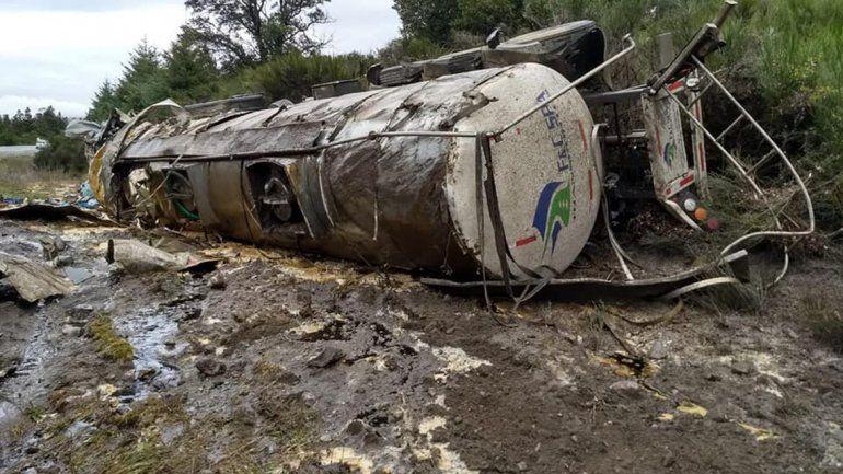 Un camión volcó y derramó aceite sobre el Nahuel Huapi