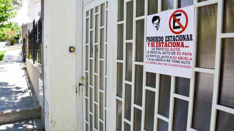 Acudió a Pablo Escobar para evitar que le estacionen en su garaje en Neuquén